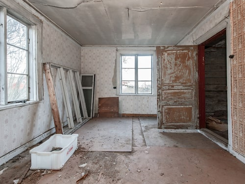 Flera lager av tapet vittnar om husets historia.