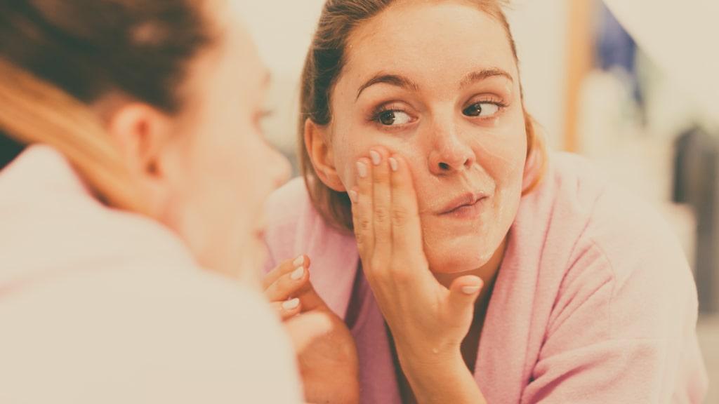 Är du beredd att tvätta ansiktet två gånger när du ändå är igång? Då kan den här metoden vara något för dig. På köpet för du en skonsam rengöring som skyddar din hy.