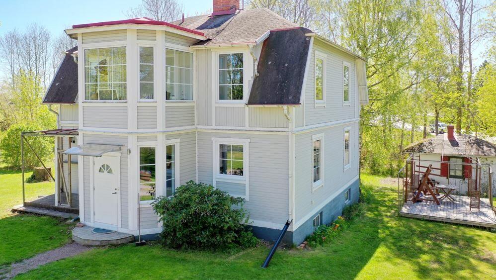 På tomten finns ytterligare ett bostadshus om 160 kvadratmeter som ingår.