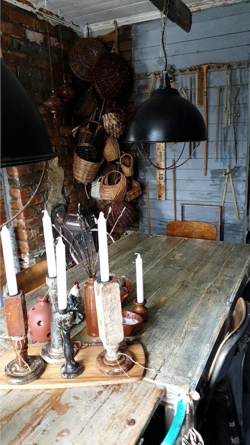 """Linjaler, korgar och gamla ting trängs hemma hos Camilla. """"Jag är helt nörd på linjaler och korgar, jag vet inte varför. Jag gillar att återbruka saker, hitta nya sätta att använda dem på."""""""