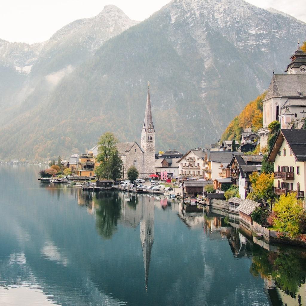Den pittoreska alpbyn Hallstatt i Österrike ligger vackert vid vattnet.