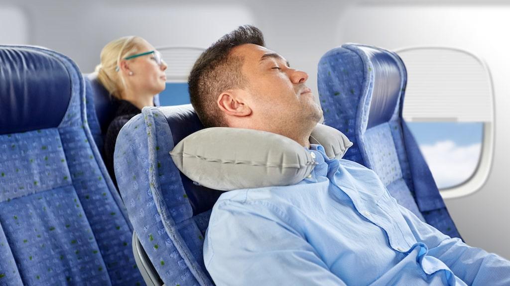Att använda en kudde för att får bra nackstöd är ett bra knep för att kunna somna lättare.