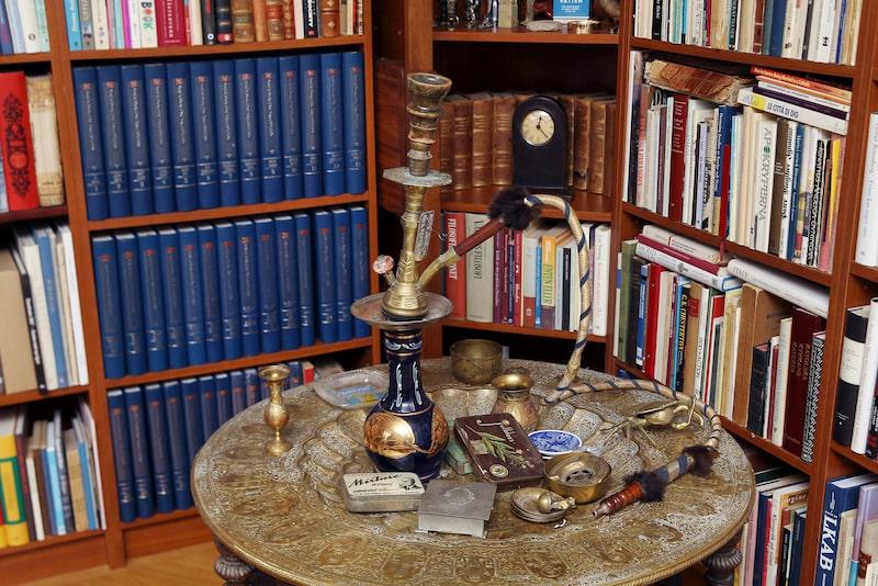 Den gamla vattenpipan har sin plats på ett bord i biblioteket.