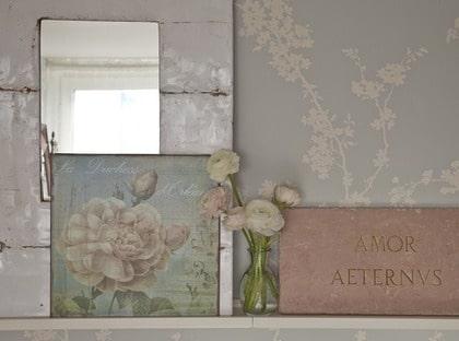 samlarhylla. Samla favoritsaker på tavellisten Ribba, 139 kronor, Ikea. Stor vit spegel gjord av ett oljefat, 1 095 kronor, Afroart. Rosa marmorplatta, 1 395 kronor, Årstiden. Liten ballerina privat och plåttavla Rose la Duchesse, 190 kronor, House of Hedda. På lilla sängbordet står en vintagespegel, 650 kronor, Turquoise, glas med målade blommor, 79 kronor, Turquoise. Vas, 249 kronor, Rice och lampa privat.