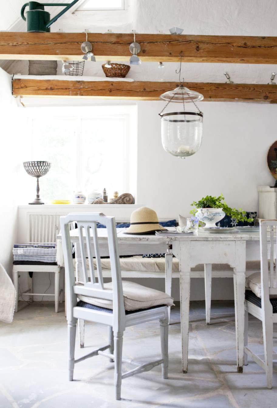Evas och Örjans platsbyggda kök i gammal stil är ganska nygjort och matchas av en intilliggande matplats i 1700-talsstil.