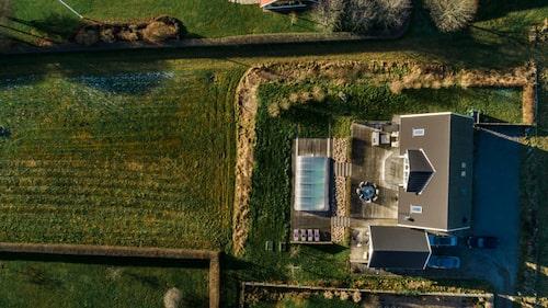 Villan ligger på en tomt som sträcker sig över närmare 1 500 kvadratmeter.