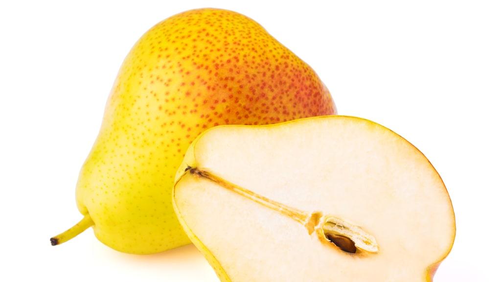 Nej viner som har drag av päron innehåller aldrig päron. Vin görs av druvor.