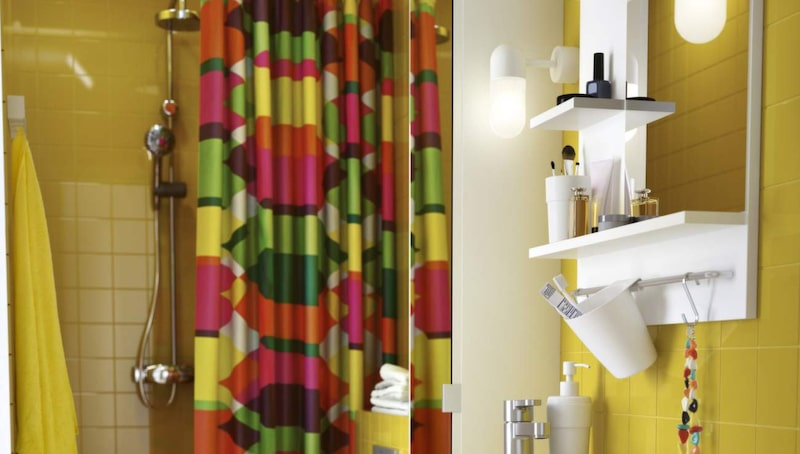 <p>Våga färg! Badrum från Ikea i gult och vitt. Spegel, tvättställsskåp och högskåp med spegeldörr från serien Lillången. Duschdraperi Lillskär.</p>
