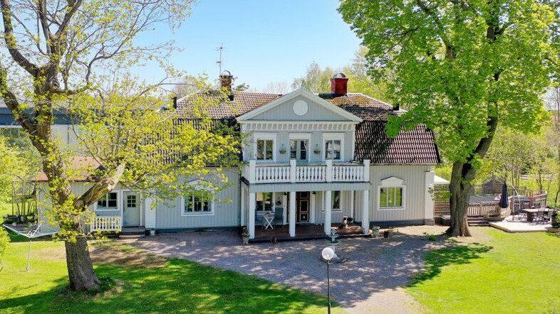 Magikern John Houdi säljer nu sin och exfruns herrgårdsliknande villa, Hof Gård, på Hemnet för 5,2 miljoner kronor.