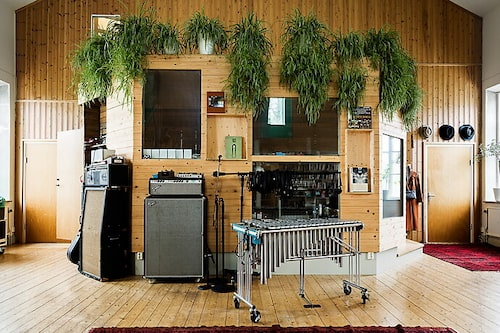 Det före detta altaret är i dag musikstudio.