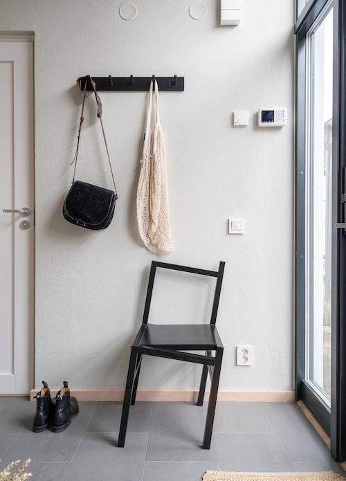 Den lekfulla stolen i hallen spelar ögat ett spratt. Knapplist, Åhléns. Stol, Frama Cph.
