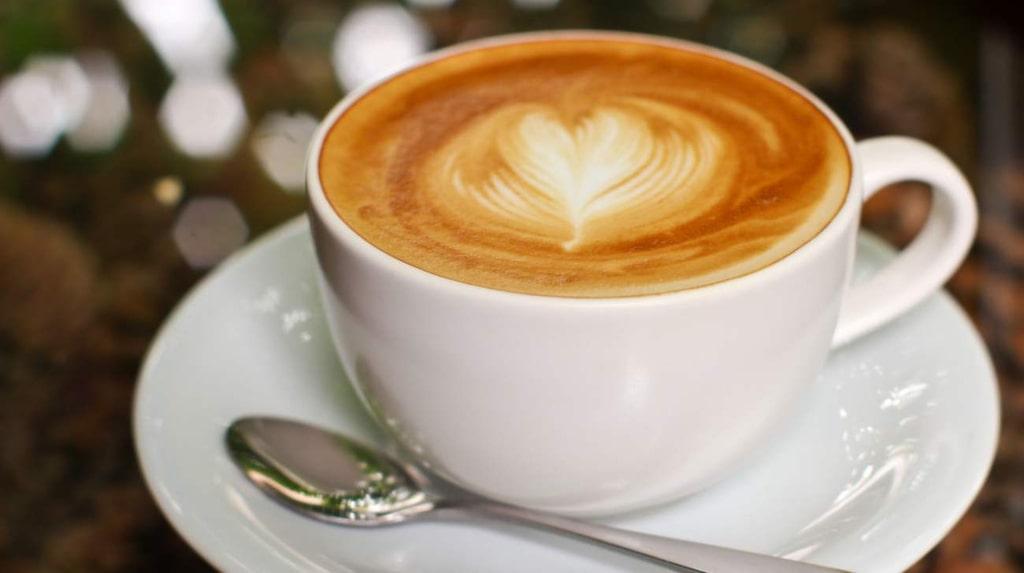 <p>En kopp kaffe innehåller ungefär 100 mg koffein.</p>