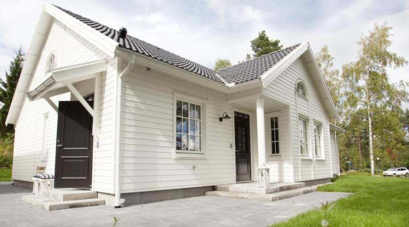 Åhus<br>TYP: 1-planshus på 140 kvadratmeter med 6 rum och kök.<br>PRIS: 2 350 000 kronor. 16 786 kronor kvadratmetern.<br>HUSFÖRETAG: Myresjöhus myresjohus.se