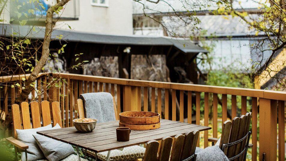 Ovanför den större innegården finns en terrass i söderläge och intill syrenträd och rosor finns plats för grill och utemöbler.