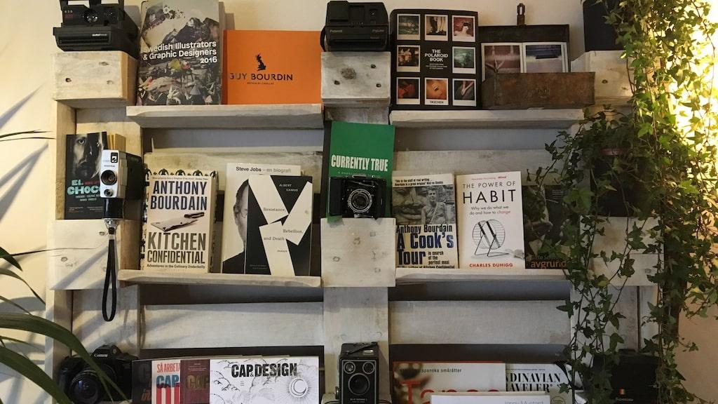 Alee samlar på gamla kameror som pryder bokhyllan ihop med böckerna.