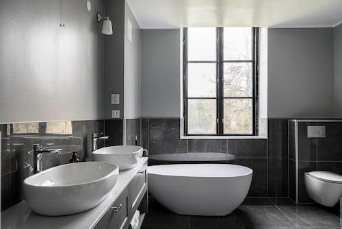 Badrummen som är nyrenoverat andas dock inte 1800-tal.