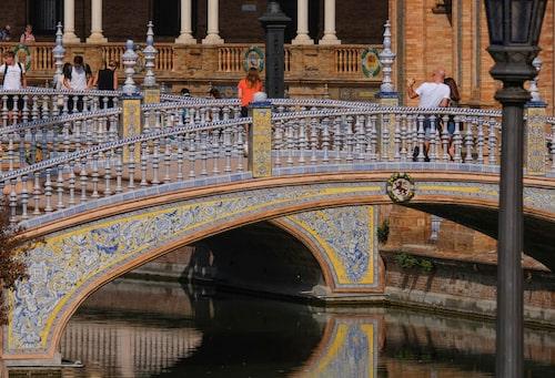 Plaza de España bjuder på strålande exempel på färgstarkt Sevilla-kakel.