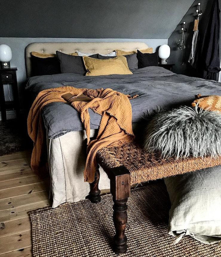 I sovrummet har Lindas kreativitet fått utlopp. Både sänggavel, sängkappa och bänk är egentillverkade.