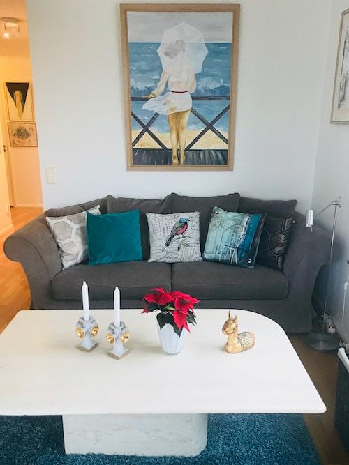 Turkosa toner! Oljemålningen ovanför soffan har Ann-Louise själv målat.