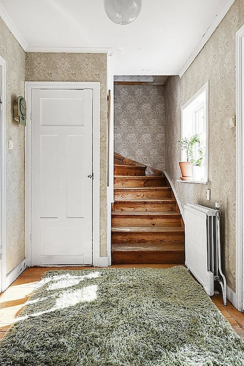Huset är från 1934. Här leder den gamla trappan upp till övervåningen.