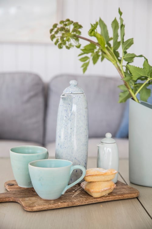 Kaffekoppar, Möja Hantverksbod. Kaffekanna och mjölkkanna, Mimou. Turkos vas, Cooee.