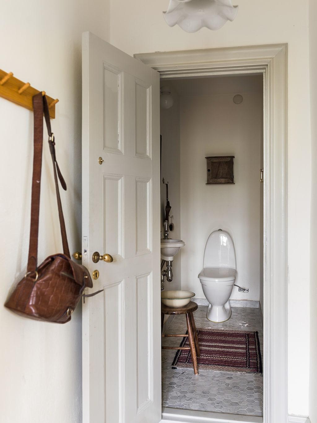 I badrummet finns en kommod från ett pottskåp från mitten av 1800-talet.