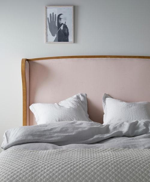 Stoppad sänggavel Princess med mjukt svängd form i 1930-talsstil. Stomme av gummiträ och klädsel av sammet. Sänggaveln står på golvet och fästs i väggen.  Pris: Cirka 3 299 kronor, Ellos.