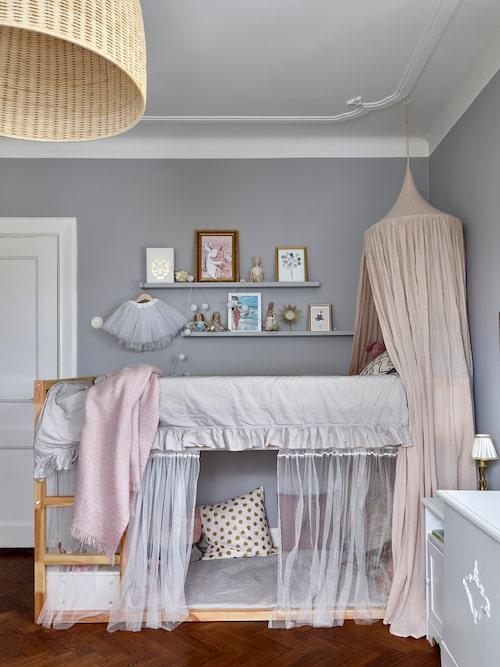 Malin gillar att inreda barnrum och har skapat ett vackert rum åt dottern Amelia. Säng, Ikea. Sänghimmel, No 74.