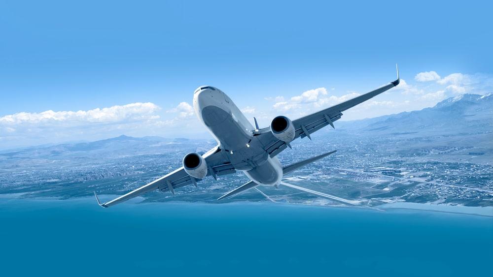 Nu överraskar han genom att satsa på ett företag som hjälper missnöjda flygresenärer.