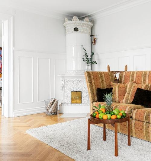 Kakelugnen på bottenvåningen är ett av de sekelskiftesattribut familjen särskilt uppskattar. Fruktbordet har tidigare stått i Maries farmor och farfars sommarhus i Grebbestad.