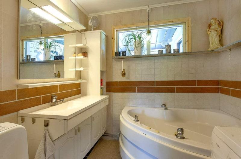 I det här rummet fanns förr ett skafferi, men det byggdes om till badrum. Den totala byggkostnaden för badrummet blev 2 450 kronor. Då ingick allt på bildenm plus varmvattenberedare.