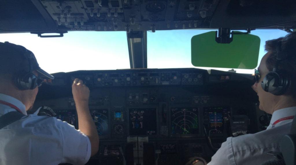 <p>Bland annat förklarar styrman Jonas Rosin varför passagerarna har flygvästar – och inte fallskärmar.</p>