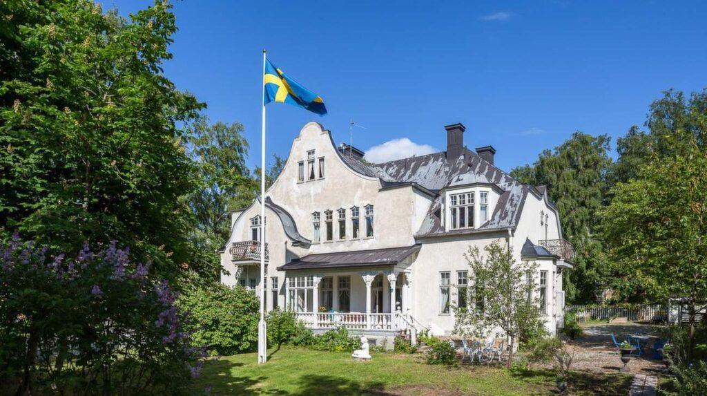 """<p>Det här huset ligger i Östersund och kallas i folkmun för """"Sockerslottet"""" eller bara """"slottet."""" Nu är det till salu för 5,5 miljoner kronor.</p>"""