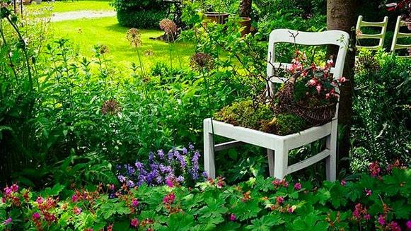 Och tänk vad en gammal stol kan göra? Kolla in bilderna nedan och låt dig inspireras inför trädgårdspysslet!