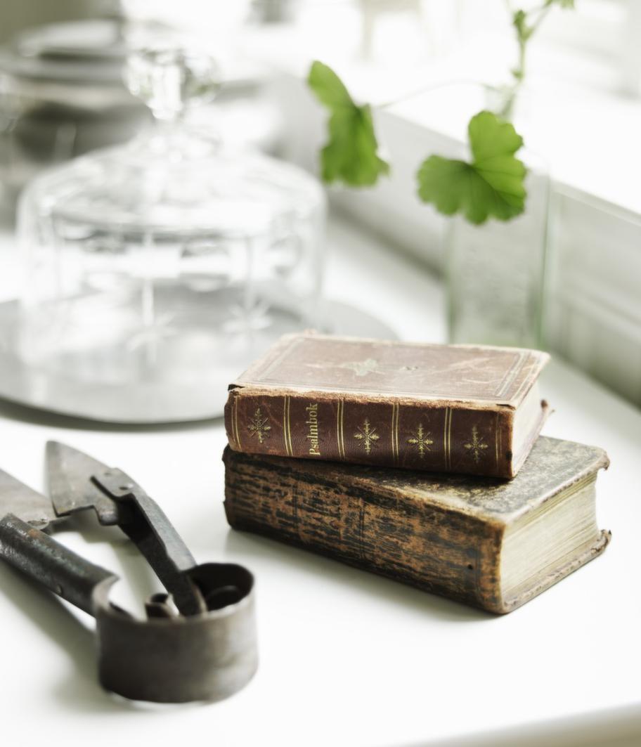 <strong>Stilleben.</strong> Två vackert slitna psalmböcker och en fårullssax.