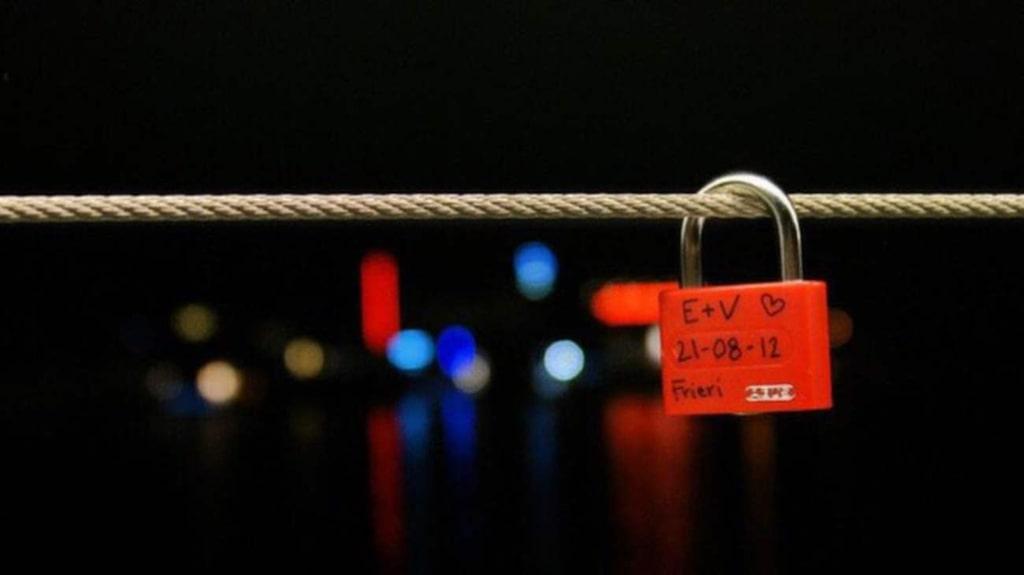 Säkra kärleken med ett hänglås.