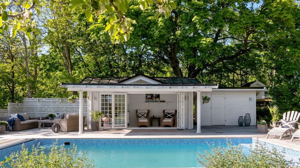 Här finns också ett poolhus med spröjsade, vikbara glasdörrar.