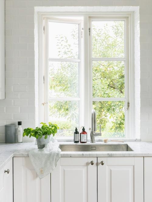 Köket fick nyligen en ny diskho i rostfritt och nya bänkskivor av marmor. Kökshandduk, Butik Linnéa. Diskmedel, L:a bruket. Kaffeburk, Søstrene Grene.
