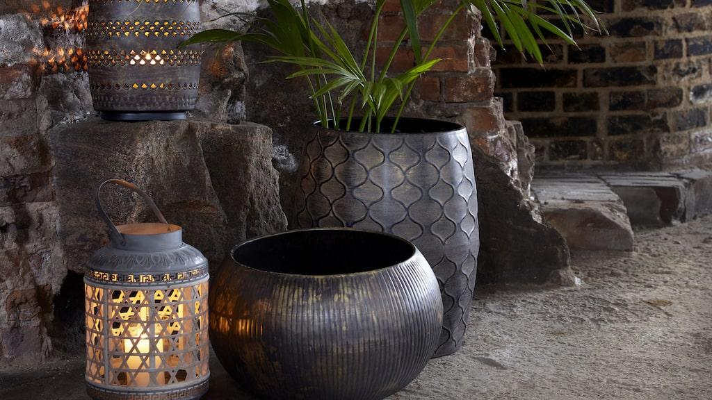 Krukor och ljushållare som skapar mys i hemmet eller trädgården.