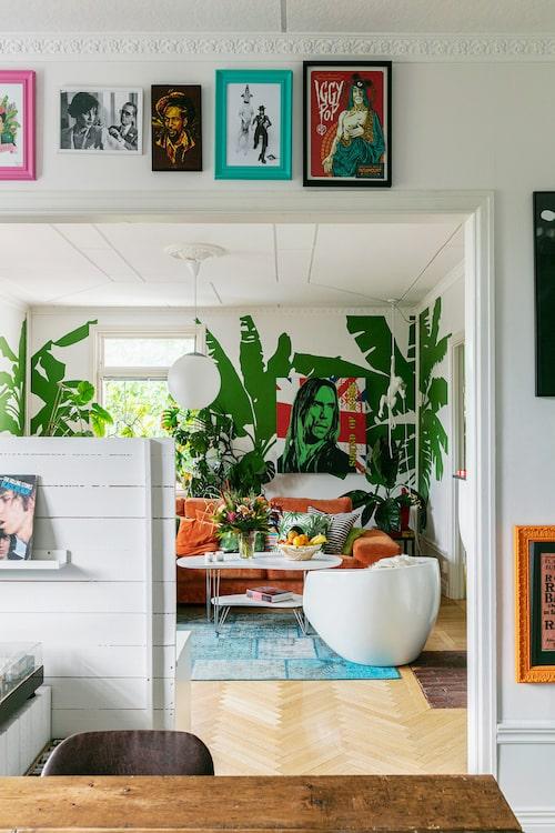 En låg mellanvägg skiljer vardagsrum och matrum åt. Soffbord, Schedins möbler Kvissleby. Matta, limited edtion, Ikea. Glasfiberfåtöljen är en gammal prototyp.