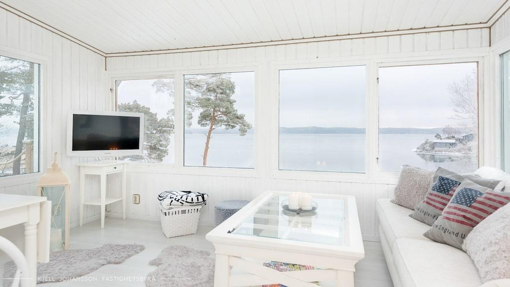 Minihuset på Hemnet är som tagen ur en saga... Allrummet rymmer både soffhörna och matbord. Fantastik utsikt över havet med fönster i tre väderstreck vilka ger ett mycket bra ljusinsläpp.