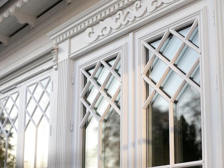 Över varje dörr, på varje fönster och längs med taken så är det fina trädetaljer där snickarglädjen är genomgående.