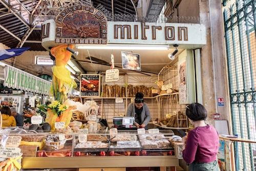 I Mentons saluhall, som håller öppet dagligen, hittar man bland annat frukt, grönsaker, fisk, ost och nybakat.