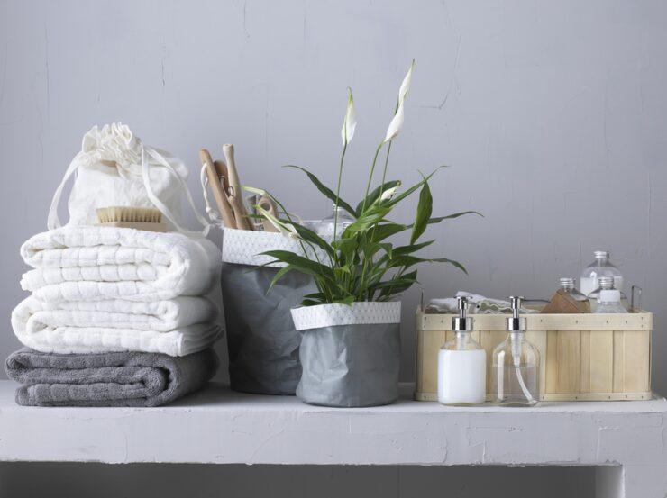 Dekorera med fina handdukar, korgar och flaskor. Allt på bilden kommer från Ikea.