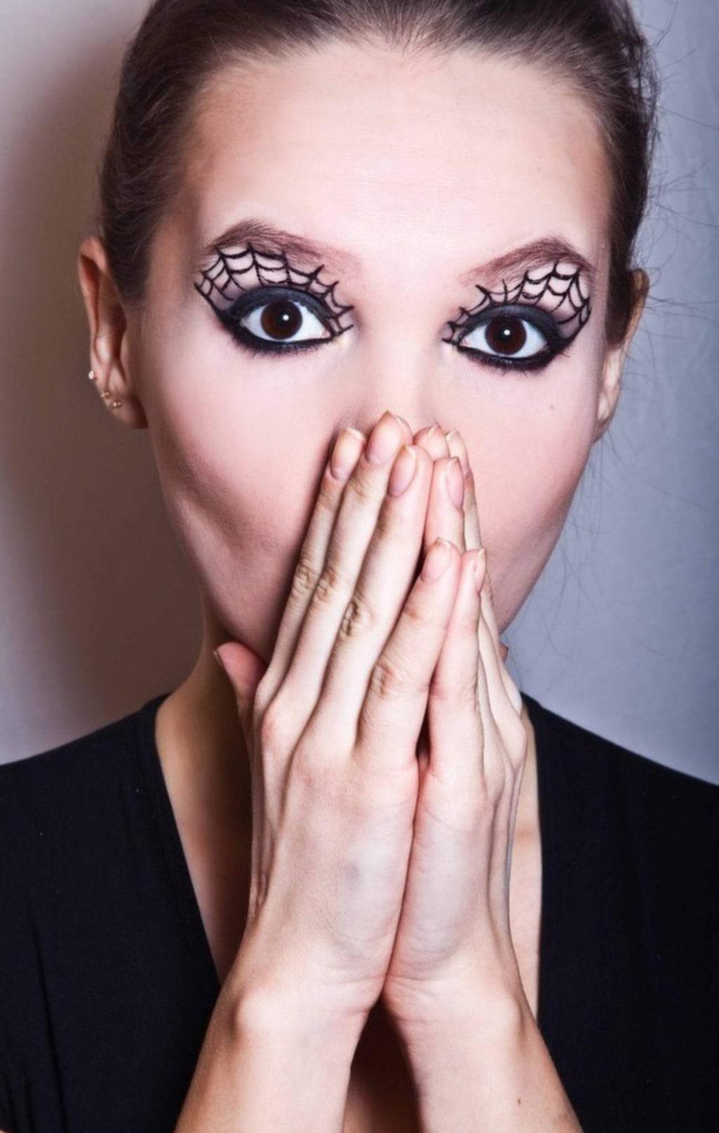 """<p><strong>SVARTA ÄNKAN</strong><br>Spinelnät runt ögonen är såväl enkelt som snyggt. Börja med sotningen runt ögonen och arbeta uppåt. <br>Bild: <a href=""""http://www.beautylish.com/f/amqzai/olgablik"""">OlgaBlik</a></p>"""