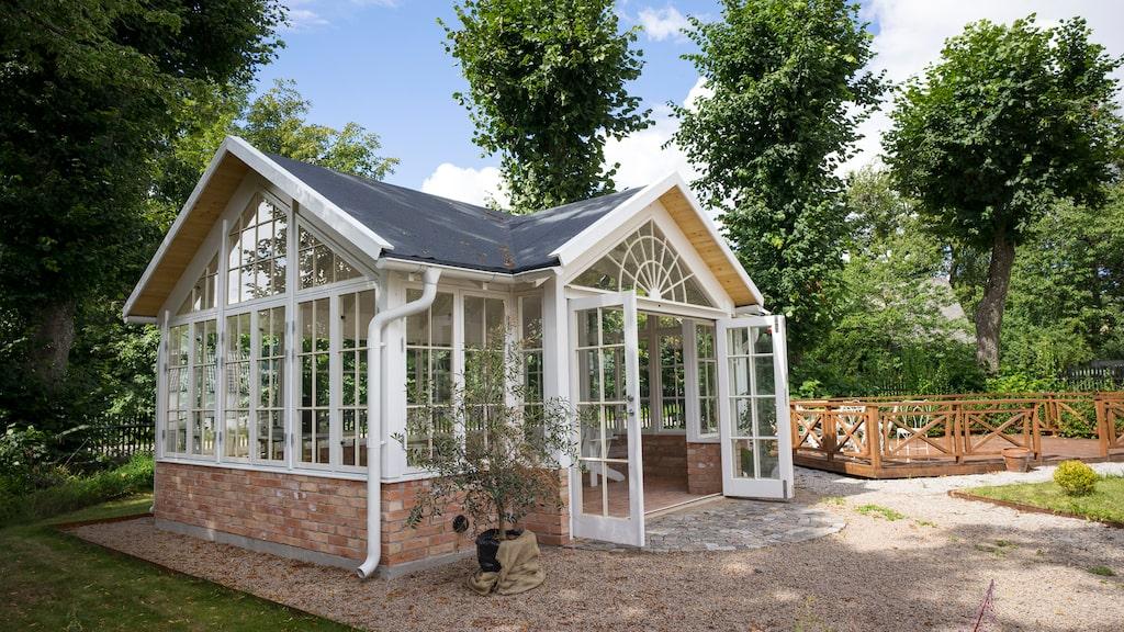 Amanda från Qvesarum Byggnadsvård är ett rymligt orangeri med generös takhöjd och spröjsade fönster, med plats för både odling och samvaro.