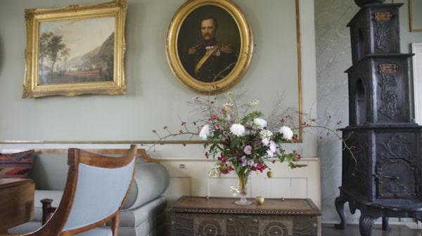 I hennes bostad står originalmöblerna kvar, så som hon hade möblerat.