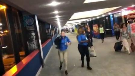 """Filmer på Twitter visar hur 200 skräckslagna personer rusar ut från flygplatsen utan att veta vad som hänt. """"Galen situation"""", twittrade David Lombardi."""