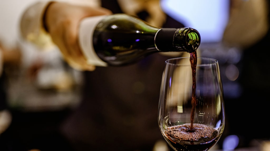 Gunilla Hultgren Karell svarar på frågan om hur mycket vin man ska hälla i glaset.