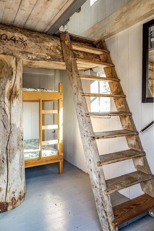 Entréplan i kvarnen rymmer en våningssäng. På andra plan får man plats med dubbelsäng.